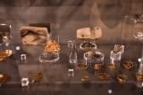Praturtintoje žiedų kolekcijoje bus galima pamatyti kiek kitokios spalvos pintą žiedą. Jis pagamintas iš auksuoto sidabro.