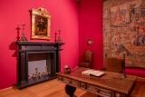 Privačiame barokiniame valdovo kabinete galima išvysti XVI a. bronzinį varpelį iš Flandrijos, XVII a. toskanietiškas medines žvakides ir bronzos bei geležies lydinio židinio stovus, taip pat – 1736 m. Niurnberge sukurtą nediduką žemės gaublį, kurio autorius – Johanas Gabrielis Dopelmajeris (Johann Gabriel Doppelmayr, 1677–1750)