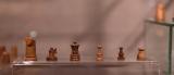 """Atnaujintoje pirmo maršruto """"Istorija, archeologija, architektūra"""" ekspozicijoje pristatomos pastaraisiais metais Valdovų rūmų požemiuose archeologų atrastos vertybės, tarp kurių – XIV–XV a. žirgas, bokštas, valdovė ir pėstininkai"""