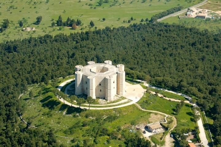 """Castel del Monte: Concorso scuole superiori della Provincia BAT. """"Appunti di viaggio tra storia, architettura, tradizioni e paes"""